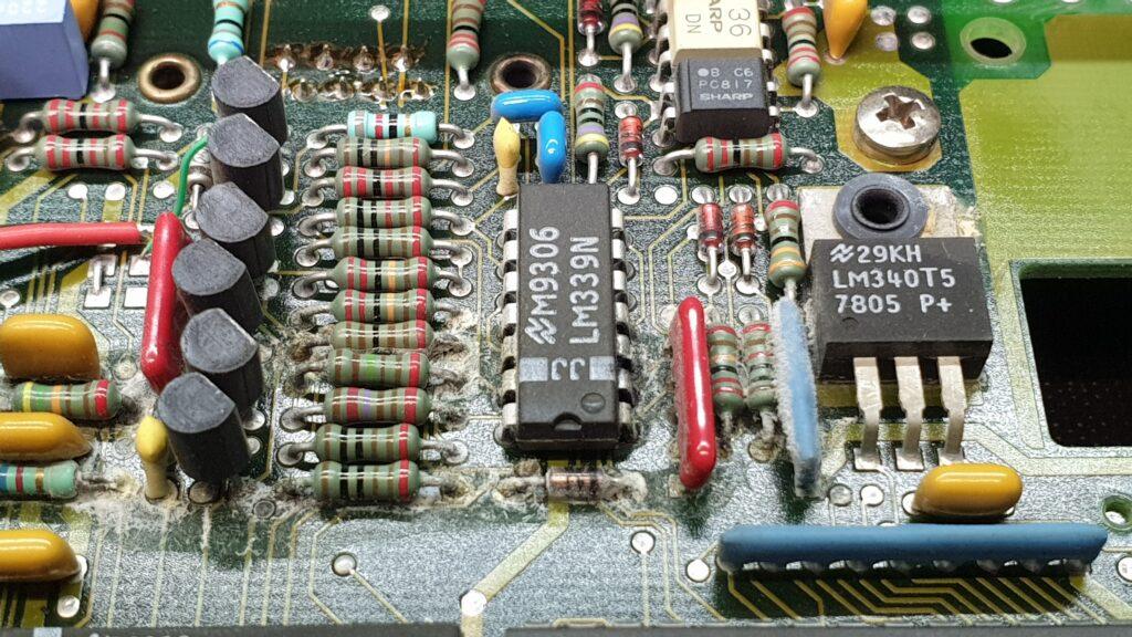 Skorodowane wyprowadzenia elementów na PCB.